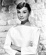 Zwart-wit publiciteitsfoto van Audrey Hepburn in 1956.