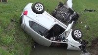 File:Auto's op de kop in de sloot na ongeval Winssen.webm