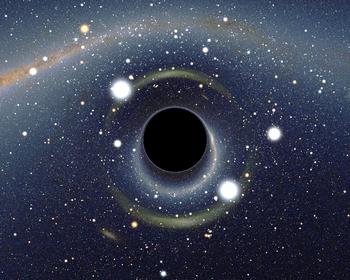 Image simulée d'un trou noir stellaire situé à quelques dizaines de kilomètres d'un observateur et dont l'image se dessine sur la voûte céleste dans la direction du Grand Nuage de Magellan. L'image de celui-ci apparaît dédoublée sous la forme de deux arcs de cercle, en raison de l'effet de lentille gravitationnelle fort. La Voie lactée qui apparaît en haut de l'image est également fortement distordue, au point que certaines constellations sont difficiles à reconnaître, comme par exemple la Croix du Sud (au niveau de l'étoile orange lumineuse, Gacrux, en haut à gauche de l'image) dont la forme de croix caractéristique est méconnaissable. Une étoile relativement peu lumineuse (HD 49359, magnitude apparente 7,5) est située presque exactement derrière le trou noir. Elle apparaît ainsi sous la forme d'une image double, dont la luminosité apparente est extraordinairement amplifiée, d'un facteur d'environ 4500, pour atteindre une magnitude apparente de -1,7. Les deux images de cette étoile, ainsi que les deux images du Grand Nuage sont situées sur une zone circulaire entourant le trou noir, appelée anneau d'Einstein.