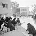 Bedoeïenenvrouwen in traditionele klederdracht op de markt terwijl ze eieren te , Bestanddeelnr 255-3453.jpg