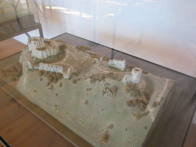 File:Bird's eye view model of Château Gaillard.jpg ...