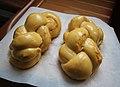 Brioches tressées dorées à l'oeuf avant cuisson.jpg