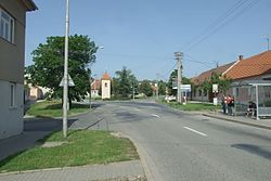 Brno-Chrlice - křižovatka ulic Zámecké a Ernsta Macha.jpg