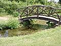 Bro i haven bag herregården på Frilandsmuseet.JPG