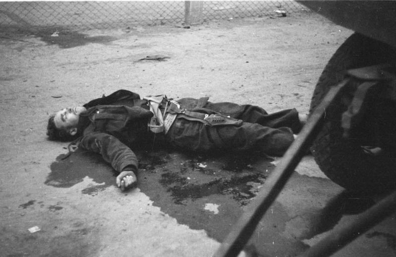 Bundesarchiv Bild 101II-MW-3721-26, St. Nazaire, toter britischer Soldat