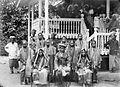 COLLECTIE TROPENMUSEUM Bruiloftsgezelschap voor een woning te Koto Gadang bij Fort de Kock West-Sumatra TMnr 10003053.jpg