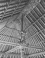 COLLECTIE TROPENMUSEUM Plafond en palen met beeld en houtsnijwerk in een gebouw in Singaradja TMnr 60049028.jpg