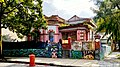 Casa rosa con graffiti.jpg