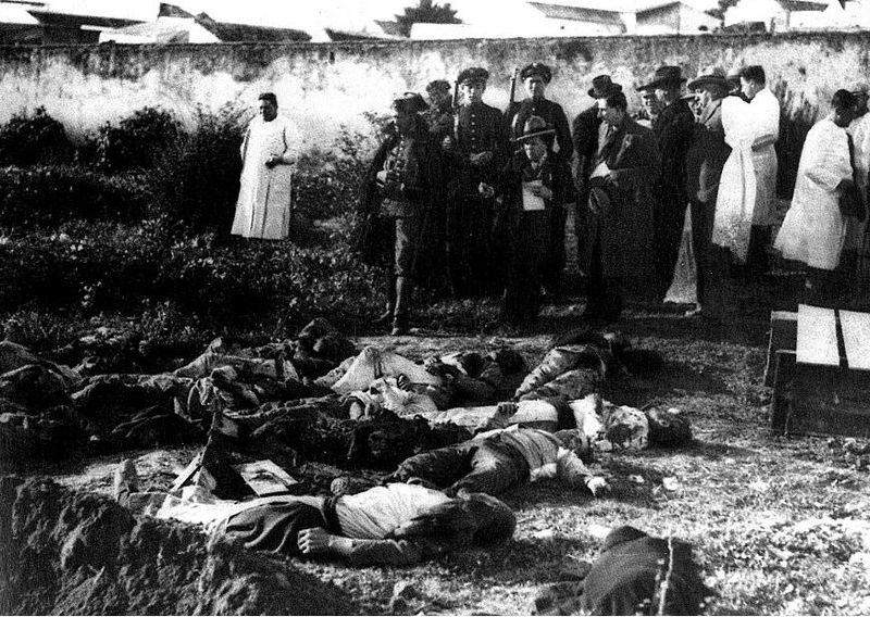 Fotografía de horas después de finalizar el suceso de Casas Viejas (Cádiz), con los cuerpos de personas abatidas aún en el suelo.