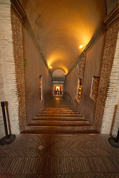 Soubor:Castel Sant'Angelo ramp downwards to treasury room.jpg