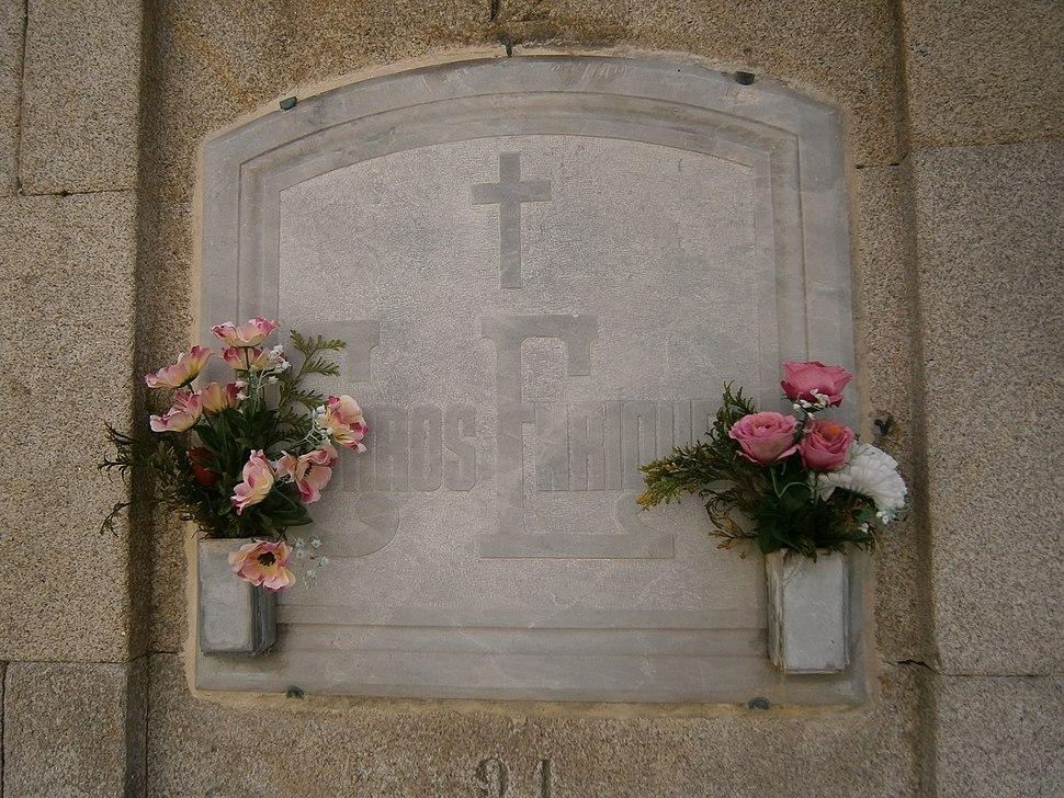 Tumba no cemiterio de Santo Amaro da Coruña.