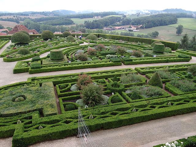 File:Château de Hautefort, formal gardens (20631540271).jpg ...
