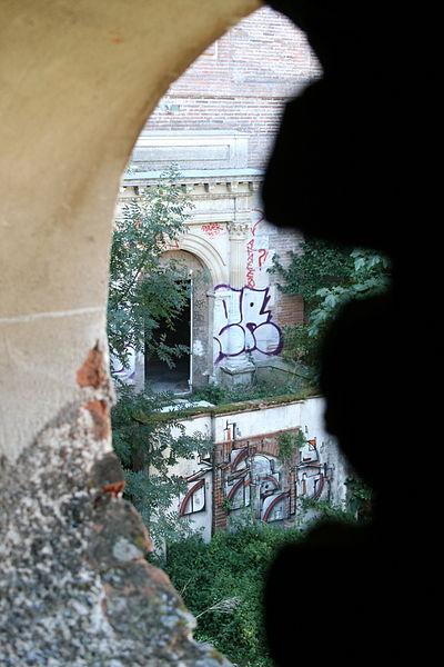 Porte principale du Château de Lacroix-Falgarde vue depuis l'aile droite