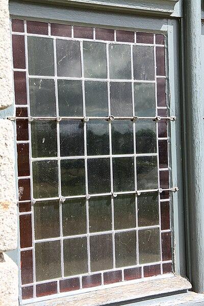 Détail d'une fenêtre, vitrail.  Le château de Ducey, classé Monument Historique, a été construit au début du XVIIe siècle par Gabriel II de Montgommery, fils de Gabriel Ier de Montgommery qui tua le roi Henri II lors d'une joute.