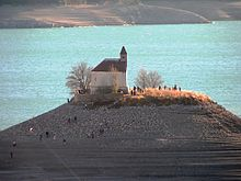 La chapelle Saint-Michel et le lac au second plan