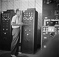 Charles Stellrecht bij de zendmast bij St John's op Saba, Bestanddeelnr 252-8237.jpg