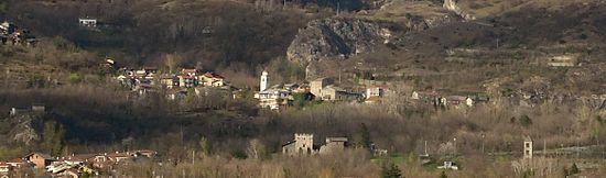 Chianocco, panoramica. Dal centro a sinistra la Cappella di S. Ippolito, in basso la Casaforte, in alto il Castello davanti alla Chiesa settecentesca e alla forra dell'Orrido, a destra il campanile romanico della chiesa sconsacrata di S. Pietro