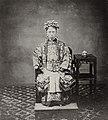 Chinesischer Photograph um 1862 - Wahrscheinlich die Frau von Huang Tsan-t'ang, Gouverneur von Kwang-tung (Zeno Fotografie).jpg