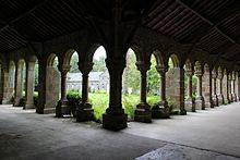 Cloitre de l'abbaye blanche de Mortain.jpg