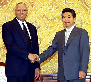 Etiquette in South Korea - Image: Colin Powell & Roh Moo hyun, 2004 Oct 26