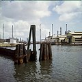 Collectie Nationaal Museum van Wereldculturen TM-20029884 De raffinaderijen van het Shellcomplex vanaf het Schottegat gezien Curacao Boy Lawson (Fotograaf).jpg