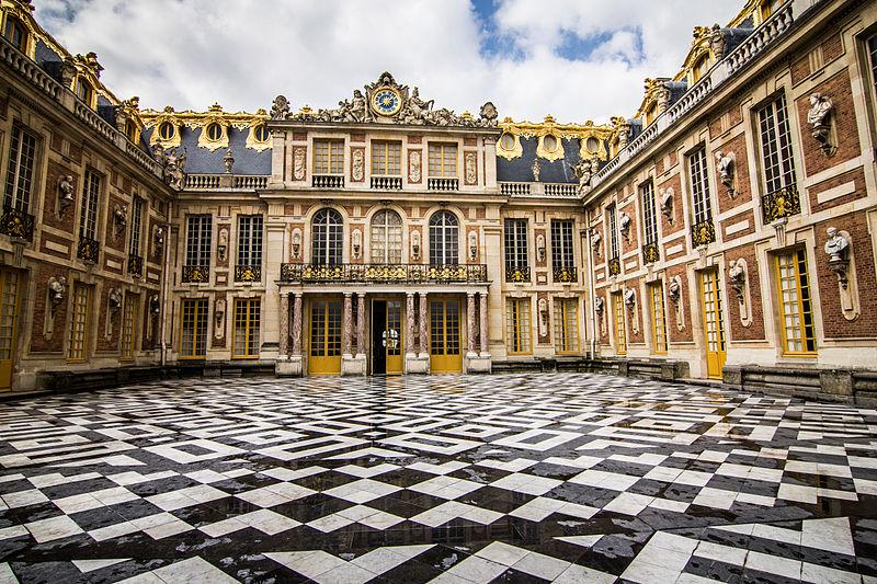 Fichier:Cour de marbre de Versailles.jpg
