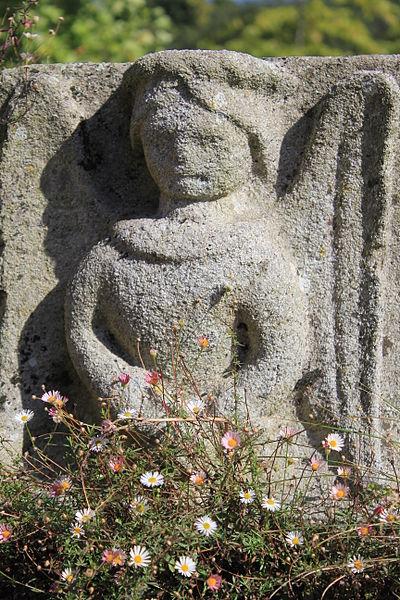Croix de cimetière de Saint-Allouestre, Morbihan, France. Détail ange de l'annonciation.
