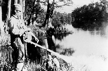 Un operario fumiga la ribera de un río con DDT en 1958, para erradicar los mosquitos que difundían la malaria. Este insecticida fue prohibido en 1972. Con la salud no se juega