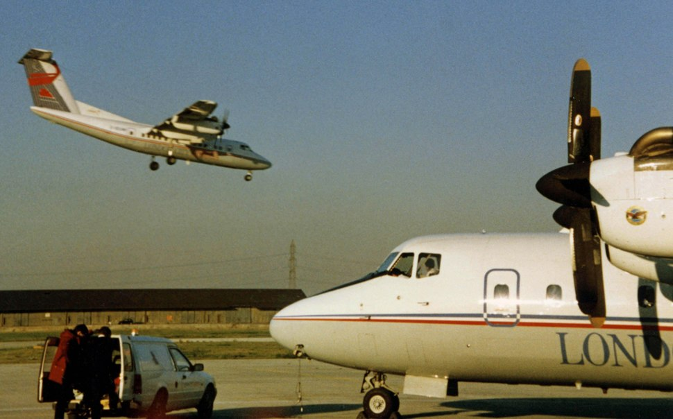 DHC-7 G-BOAY London City Aws LCY 31.10.88 edited-2