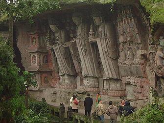Trois statues inclinées à Dazu, de 7 m. de hauteur, représentant trois bodhisattvas tenant une pagode à la main