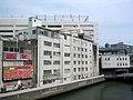 De rivier de Saiwai in Yokohama gezien vanuit het noordwesten vanaf de Saiwai-brug, -28 mei 2006 a.jpg