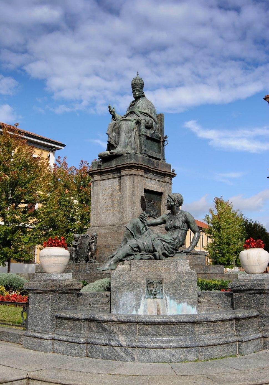 Desio basilica san siro e materno Monumento a papa Pio XI DSC 0223