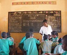 Az osztályban tanítóként csoportban dolgozó hallgatók megfigyelik