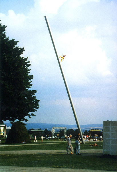 documenta IX, Man walking to the sky, Jonathan Borowsky, Friedrichsplatz 1992. By Ralf Roletschek (talk) - Fahrradtechnik auf fahrradmonteur.de (Own work) [FAL or GFDL 1.2 (http://www.gnu.org/licenses/old-licenses/fdl-1.2.html)], via Wikimedia Commons