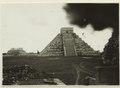 El Castillo , den centrala pyramiden. T. v. krigarens tempel - SMVK - 0307.f.0016.tif