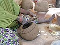 Fabrication d'une marmite par une potière de Boubon.jpg