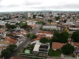 Vista da cidade através de um edifício.