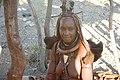 Femme Himba parée avec son « Ohumba », symbole de fertilité 01.jpg