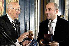 Il presidente della repubblica Giorgio Napolitano consegna a Özpetek il Premio De Sica nel 2007.