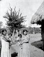 Flicka med liten bror på armen. Missionsstn. Cavinas, nära R.Beni, Bolivia - SMVK - 005011.tif