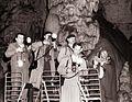 Fotoreporterji in novinarji, ki so spremljali visoki obisk v Postojnski jami 1960.jpg