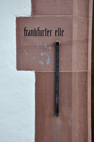 Mittelalterliches Ellenmaß am Leinwandhaus in Frankfurt am Main