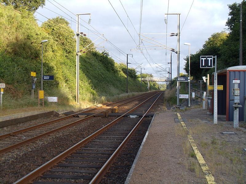La Gare de Plouvara - Plerneuf du quai pour Saint-Brieuc et Rennes; Vue en direction de Brest