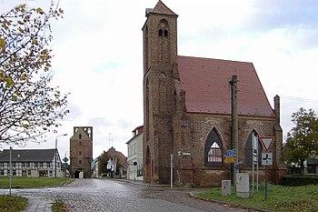 Gartz (Oder), Heilig-Geist-Hospital und Stettiner Tor.jpg