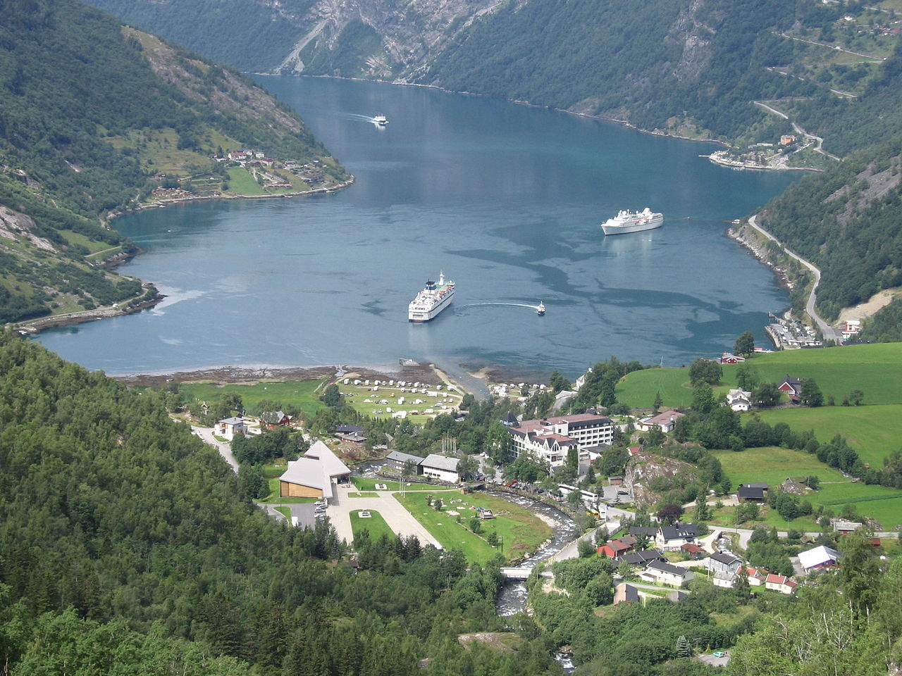 File geiranger wikimedia commons for Fjord wikipedia