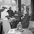 Genodigden poserend met fabrieksdirecteur Jan van Abbe (vooraan rechts), Bestanddeelnr 255-8526.jpg