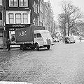 Gladheid op de weg, auto tegen pui sigarenwinkel hoek Reguliersgracht en Herengr, Bestanddeelnr 918-7030.jpg
