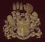 Das Wappen der Freiherren von Hammerstein: Vereinigung des Kirchenfahnenwappens der Freiherrn von Hammerstein mit dem Hämmerwappen der rheinischen Burggrafen.