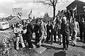 Het gezelschap onderweg demonstranten met spandoeken. Opschrift o.a. De onbeke, Bestanddeelnr 930-2781.jpg