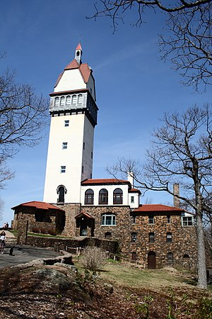 Heublein Tower - Image: Heublein Tower, 2010 04 03